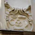 Detailansicht eines Ornaments über dem Eingang des Kipferlhauses in Wien