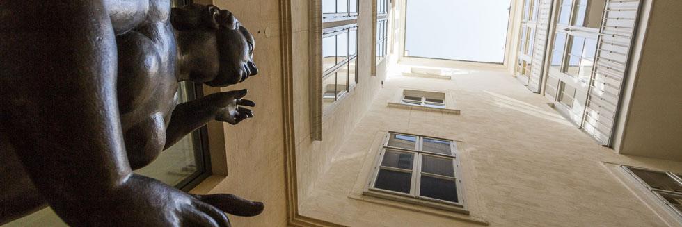 Lichthof mit Statue im Kipferlhaus in Wien