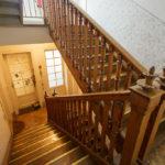 Hölzerner Stiegenaufgang zum Atelier im Lassallehof