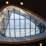 Blick nach oben durch einen Lichthof im Empfangsbereich der ÖBB Unternehmenszentrale in Wien