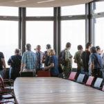 Besucher in der Skylobby der ÖBB Unternehmenszentrale in Wien