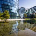 Teich und Parkanlage vor dem OMV Headoffice in Wien
