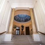 Eingangsbereich mit Vorhalle und einer Statue der Austria in der ehemaligen k. k. priv. Länderbank in Wien