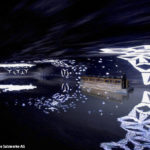 Mittels Boot gelangt man an das andere Ufer, während eine spektakuläre Lichtshow abläuft
