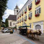 Blick auf die Pfarrkirche in der Fußgängerzone in Sankt Wolfgang