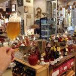 Ein Schluck Bier in der Kaffeewerkstatt in Sankt Wolfgang