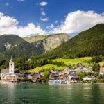 Blick vom Wolfgangsee auf Sankt Wolfgang und den Schafberg