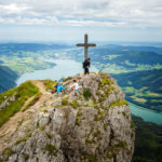 Blick auf das Gipfelkreuz bei der Himmelspforte, dahinter der Traunsee