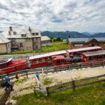Zwei Züge der Schafbergbahn in der Station Schafbergalm