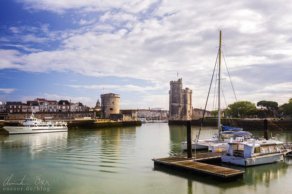 Blick auf das erhaltene Hafenportal von La Rochelle