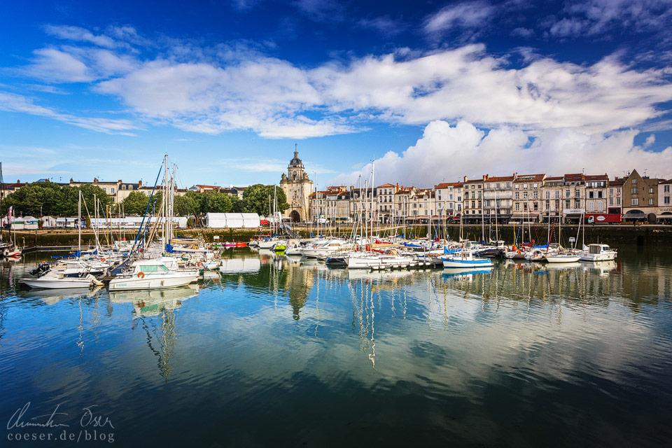 Zahlreiche kleine Boote im Hafen und ein attraktiver Himmel ergeben ein schönes Erinnerungsbild