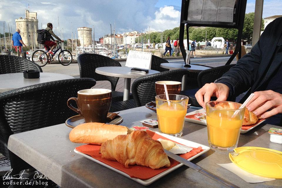 Ein typisch französisches Frühstück: Kaffee, Orangensaft, Croissant und ein halbes Baguette mit Butter (das sogenannte Tartine)