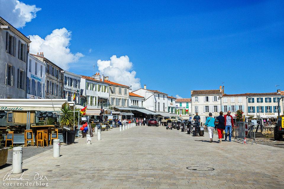 Weiße Gebäude in der kleinen Ortschaft La Flotte