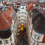 Blick vom Turm des Alten Rathauses auf einen u-förmigen Hof