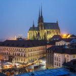 Blick vom Turm des Alten Rathauses auf die beleuchtete Kathedrale St. Peter und Paul