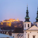 Blick vom Turm des Alten Rathauses auf die beleuchtete Festung Špilberk