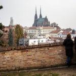 Ein Pärchen genießt den Blick auf den Petrov-Hügel mit der Kathedrale St. Peter und Paul