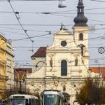 Alte und neue Straßenbahn vor der Kirche des Hl. Thomas (Kostel sv. Tomáše)