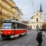 Straßenbahn vor der Kirche des Hl. Thomas (Kostel sv. Tomáše)