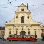 Alte Straßenbahn vor der Kirche des Hl. Thomas (Kostel sv. Tomáše)