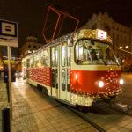 Weihnachtlich beleuchtete Straßenbahn