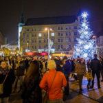 Abendlich beleuchteter Weihnachtsmarkt auf dem Freiheitsplatz (Náměstí Svobody)