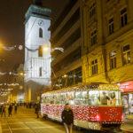 Weihnachtlich geschmückte Straßenbahn vor der St.-Jakobs-Kirche (Kostel sv. Jakuba)