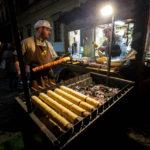 Verkaufsstand für Baumkuchen (Trdelník) auf dem Weihnachtsmarkt Krautmarkt (Zelný trh)