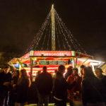 Glühwein- und Punschstand auf dem Weihnachtsmarkt im Park Moravské náměsti