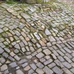 Stolpergefahr durch unebene Wege in der Altstadt