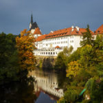 Blick auf das Hotel Růže im ehemaligen Jesuitenkolleg aus dem 16. Jahrhundert, dahinter die Kirche St. Veit