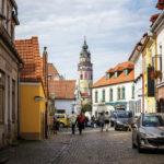 Die kleine Straße Rooseveltova am östlichen Ende der Altstadt mit Blick auf den Schlossturm