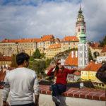 Touristen auf der Aussichtsplattform am östlichen Eingang der Altstadt