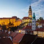 Das Schloss und die Altstadt nach Sonnenuntergang während der blauen Stunde