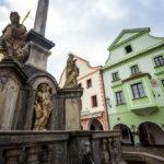 Die Pestsäule und historische Häuser auf dem Marktplatz