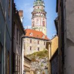 Blick durch eine enge Gasse in der Altstadt auf den Schlossturm