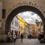 Blick durch ein altes Stadttor auf historische Häuser im Stadtteil Latrán