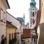 Blick durch eine enge Gasse auf die Kirche St. Jobst (vorne) und die Kirche St. Veit
