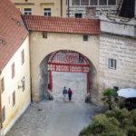 Eingang zum Schlossgelände über das Rote Tor