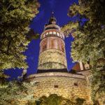 Der beleuchtete Schlossturm nach Sonnenuntergang während der blauen Stunde