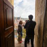 Touristen in einer kleinen Nische innerhalb des Schlossgeländes