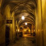 Beleuchteter Gang innerhalb des Schlossgeländes