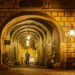 Selbstporträt des Autors in einem beleuchteten Gang innerhalb des Schlossgeländes