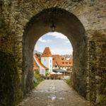 Durchgang unter der Mantelbrücke in die Altstadt