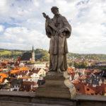 Statue auf der Mantelbrücke, dahinter die Altstadt