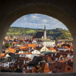 Blick auf die Altstadt durch ein kleines Steinfenster auf dem Schlossgelände