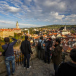 Touristen auf der Aussichtsplattform auf dem Schlossgelände