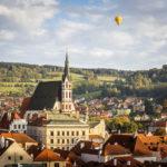 Altstadt mit St.-Veit-Kirche und einem Heißluftballon