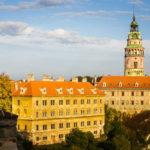 Blick auf das Schloss und den Schlossturm von der Aussichtsplattform des Schlossgeländes aus