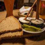Brot mit Schmalz und Essiggurkerl im Restaurant Chłopskie Jadło